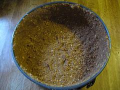 Утрамбовываем смесь из печенья и орехов по форме