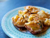 Молодая картошка с сыром и помидорами