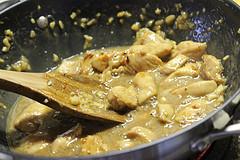 Обжариваем курицу на сковороде