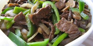 Стейк из говядины с перцем и грибами