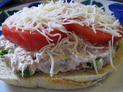 Готовим сэндвич с тунцом слоями