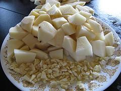 Нарезанный картофель и чеснок