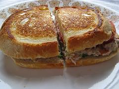 Приготовленный сэндвич с тунцом