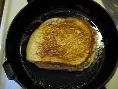 Сэндвич с тунцом на сковороде