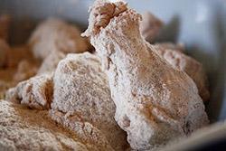 Куриные крылышки в муке с перцами и солью