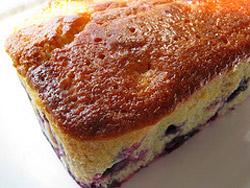 Поливаем готовый пирог сверху лимонно-сахарной смесью