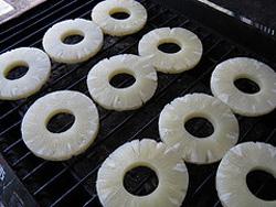 Обжариваем кольца ананасов на гриле
