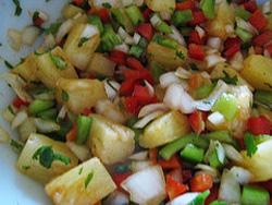 Смешиваем ингредиенты для сальсы в миске