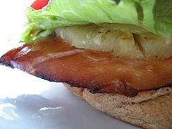 Сэндвич с курицей терияки и ананасами