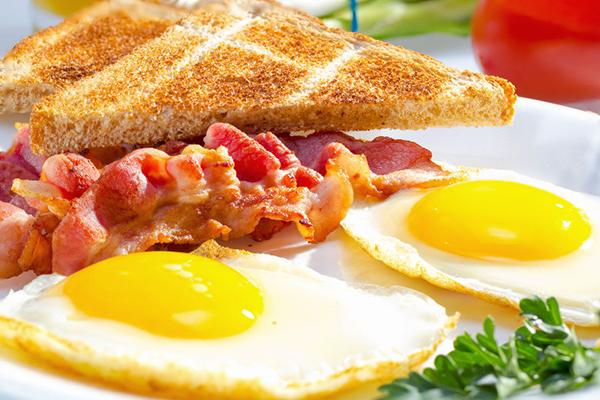 Яичница с беконом - привычный завтрак в США